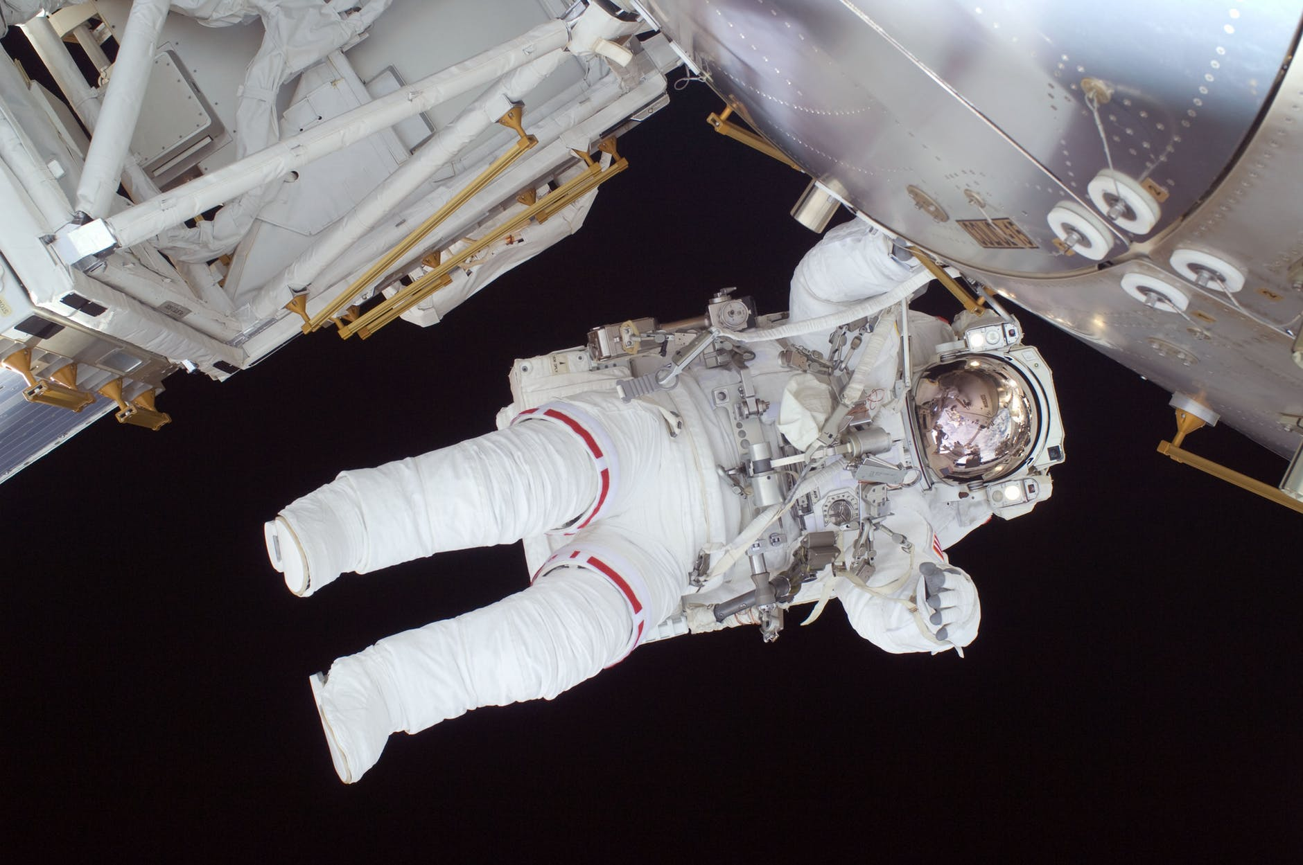 astronaut-spacewalk-space-shuttle-discovery-39651.jpeg